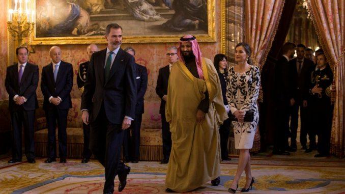 الملك الإسبانيا فيليبي وزوجته وولي العهد السعودي الأمير محمد بن سلمان يدخلون غرفة لاستقبال الضيوف قبل تناول وجبة غداء في القصر الملكي في مدريد، إسبانيا في 12 نيسان/أبريل 2018 (وكالة رويترز)