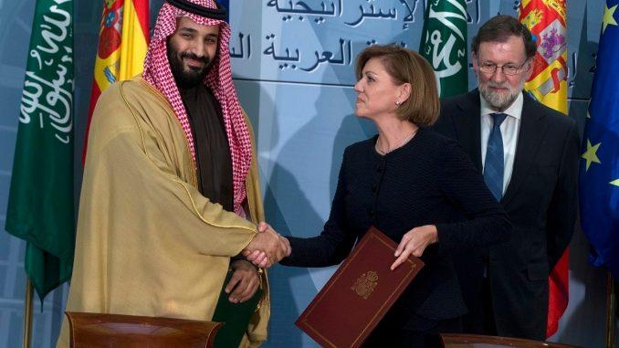 ولي العهد السعودي الأمير محمد بن سلمان يصافح وزيرة الدفاع آنذاك ماريا دولوريس بعد توقيع اتفاقات ثنائية في حضور رئيس وزراء اسبانيا آنذاك ماريانو راخوي في 12 نيسان/أبريل 2018 (AP)
