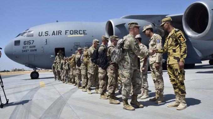 """لقطة لوصول عناصر من الجيش الأميركي إلى قاعدة محمد نجيب العسكرية في مصر يوم 8 أيلول/سبتمبر الجاري للمشاركة في تمرين """"النجم الساطع 2018"""" وهي الأكبر من نوعها في المنطقة (المتحدث الرسمي باسم القوات المسلحة المصرية – موقع فيسبوك)"""