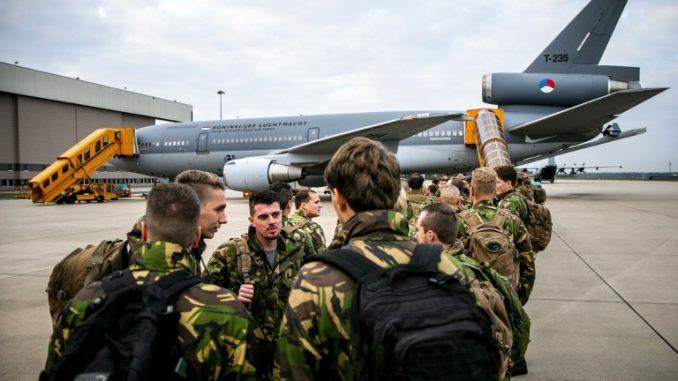 """صورة تم التقاطها في 19 تشرين الأول/أكتوبر 2018 يظهر فيها جنود هولنديون يغادرون بواسطة طائرة النقل KDC-10 من مطار أيندهوفن في هولندا للمشاركة في تمرين """"ترايدنت"""" التابع لمنظمة حلف شمال الأطلسي (AFP)"""