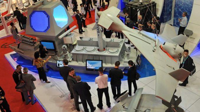 مندوبون ينظرون إلى عرض نموذج لنظام الدفاع الجوي والدفاع الصاروخي Barak 8 الذي تم عرضه خلال معرض ومؤتمر الدفاع البحري الدولي الثامن (IMDEX) 2011 في مركز معارض Changi في سنغافورة في 18 أيار/مايو 2011 (AFP)