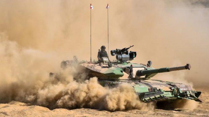 دبابة هندية من طراز Arjun Mark II خلال عرض عسكري في 11 نيسان/أبريل 2018 في معرضDefExpo 2018، وهو معرض دفاعي للمعدات العسكرية الهندية يُقام على مشارف تشيناي (AFP)
