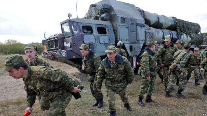 """صورة التي التقطت في 24 أيلول/سبتمبر 2009 تُظهر جنوداً بالقرب من مجمع صواريخ أرض جو أس-300 خلال التدريبات العسكرية الروسية-البيلاروسية المشتركة """"غرب 2009"""" على بعد حوالي 230 كم جنوب غرب مينسك بالقرب من قرية فولكا (AFP)"""