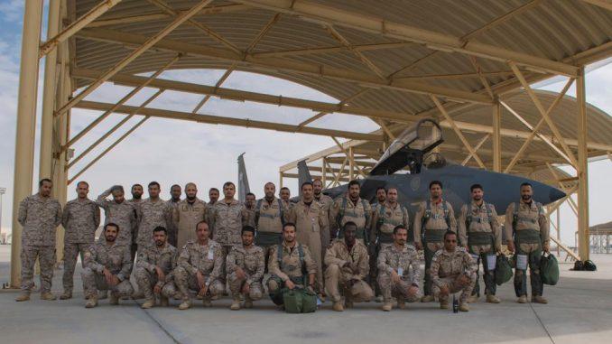 عناصر من القوات الجوية الملكية السعودية إثر وصولهم إلى الإمارات للمشاركة في تمرين مركز الحرب الجوي الصاروخي ٢٠١٨ في 18 تشرين الأول/ أكتوبر