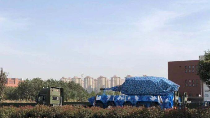 """لقطة للدبابة الصينية """"الزرقاء"""" ذات العجلات الخمس. وقد اختار المهندسون هيكل العجلات المشابه لهيكل المدرعة """"ZBL-08"""" والتي يتم إنتاجها إلى وقتنا الحاضر (وكالة سبوتنيك)"""