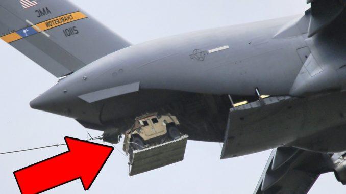 مركبة هامفي يتم إسقاطها من طائرة النقل الأميركية سي-17 (صورة أرشيفية)