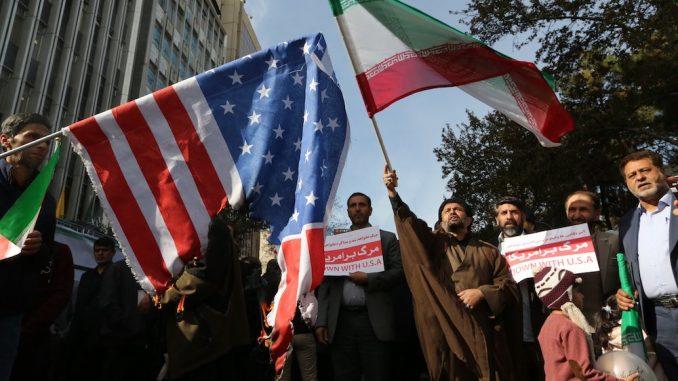 عشية تجدد العقوبات الأميركية، قام المتظاهرون الإيرانيون بالظهور خارج السفارة الأميركية السابقة في العاصمة الإيرانية طهران في 4 تشرين الثاني/نوفمبر 2018 ، بمناسبة الذكرى السنوية لاقتحامها من قبل المتظاهرين الطلابيين التي أثارت أزمة رهائن في عام 1979 (AFP)