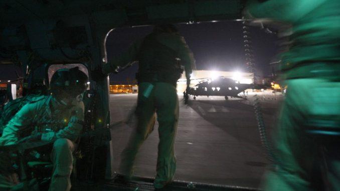 أفراد من القوات الجوية البريطانية يعودون للقاعدة بعد تحليقهم فوق أجزاء من مقاطعة إمبيريال وفي منتزه أنزا بوريغو الصحراوي أثناء خضوعهم لتدريب عسكري في 3 تشرين الثاني/نوفمبر 2009 بالقرب من إل سنترو، كاليفورنيا (AFP)