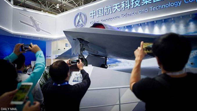 """لقطة لإزاحة الستار عن المجسم الكامل لـ""""المقاتلة الخفية""""، التي تم تطويرها وتصنيعها من قبل المعهد الحادي عشر لمؤسسة الصين للفضاء والتكنولوجيا، في معرض """"زوهاي"""" للطيران، المقام في العاصمة بكين، ويمتد حتى 11 تشرين الثاني/نوفمبر الجاري (صحيفة ديلي ميل)"""