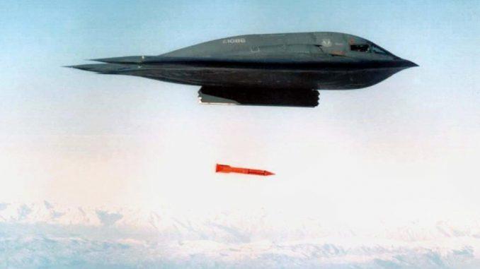قاذفة قنابل بي-2 تلقي قنبلة بي 11-61