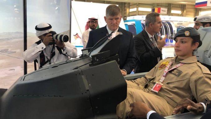 الملازم ثاني طيار، الشيخة عائشة بنت راشد آل خليفة، خلال تجربة جهاز محاكاة طائرة أف ١٦ بلوك ٧٠