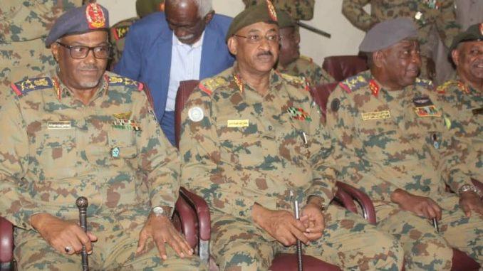 رئيس الأركان السوداني وقائد سلاح الجو السوداني خلال إختتام مناورات الفجر 8 في السودان في 21 تشرين الثاني/ نوفمبر 2018