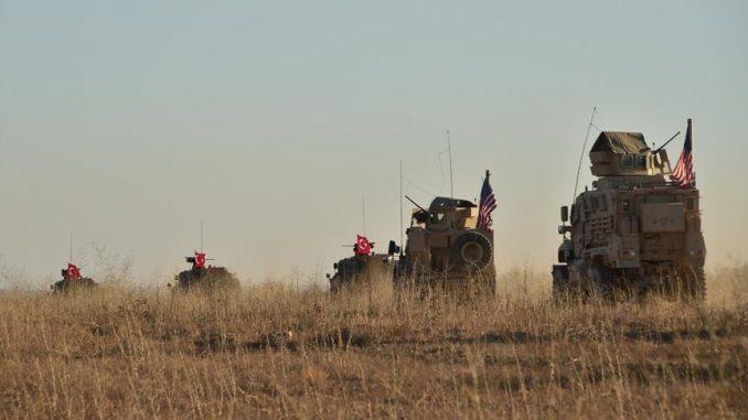 مشاهد لأول دورية مشتركة للجيشين التركي والأميركي، في مدينة منبج بريف محافظة حلب السورية في الأول من تشرين الثاني/نوفمبر 2018 (وكالة الأناضول)