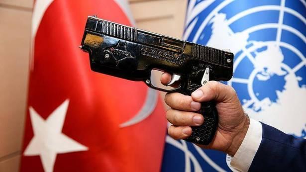"""سلاح المسدس الصاعق """"واتوز"""" (Wattozz)، المنتج محلياً من مهندسين أتراك، والمتوقّع أن يحقق قيمة مضافة لتركيا تصل إلى 250 مليون دولار سنوياً (الأناضول)"""