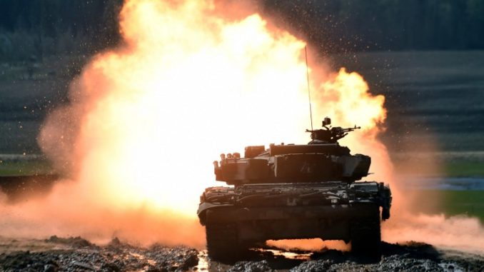دبابة T-72 بيلاروسية تصيب هدفًا خلال منافسة الدبابات في ميدان بيسبول في متحف ستالين لاين ،خارج مينسك، في 21 نيسان/أبريل 2018 (AFP)
