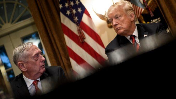 في صورة الملف هذه التي التقطت في 23 أكتوبر 2018،ينتظر وزير الدفاع الأميركي جيمس ماتيس (إلى اليسار) والرئيس دونالد ترامب اجتماعاً مع القادة العسكريين في غرفة مجلس الوزراء في البيت الأبيض في واشنطن العاصمة (AFP)