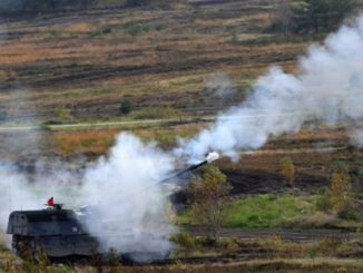 """جنود على مدفع هاوتزر """"Panzerhaubitze 2000"""" ذاتي الدفع تابع للقوات المسلحة الألمانية خلال """"تمرين العمليات البرية 2017"""" في منطقة التدريب العسكري في مونستر، شمال ألمانيا، في 13 تشرين الأول/أكتوبر 2017 (AFP)"""