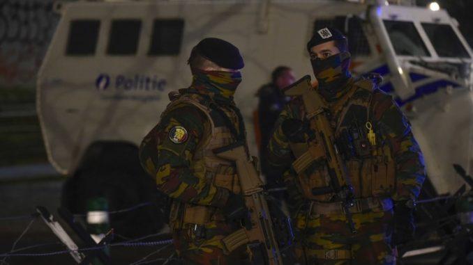 """جنود بلجيكيون يقفون في حراسة مبنى """"قصر العدل"""" في بروكسل في 5 فبراير 2018 لافتتاح محاكمة المشتبه به الرئيس في هجمات نوفمبر 2015 في باريس صلاح عبد السلام (AFP)"""