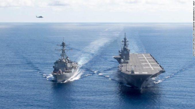سفينة اليابان الحربية JS Izumo ومدمّرة أميركية في بحر الصين الجنوبي عام 2017