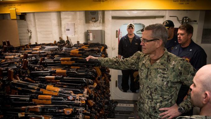 قائد عمليات البحرية الأميركية في الشرق الأوسط نائب الأدميرال سكوت ستيرني خلال زيارة تفقدّية (وكالة رويترز)