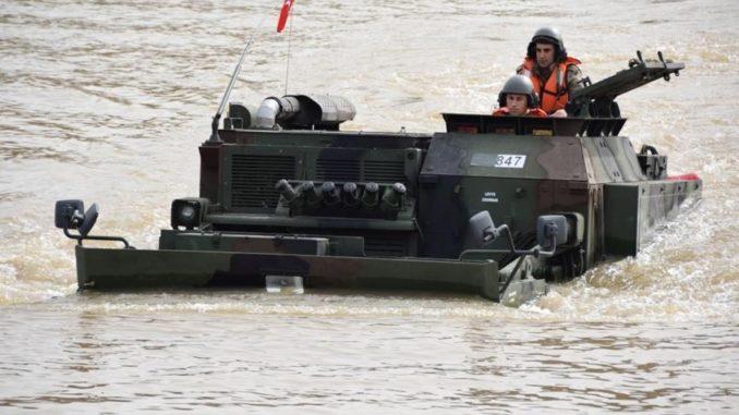 """مدرعة """"سامور"""" البرمائية، والقادرة على التحول إلى جسر عائم تجتاز عبرها المركبات العسكرية الأنهار والمستنقعات التي تعترضها (وكالة الأناضول)"""