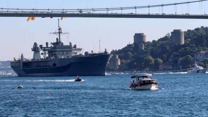 """سفينة القيادة الأميركية """"يو إس إس ماونت ويتني"""""""