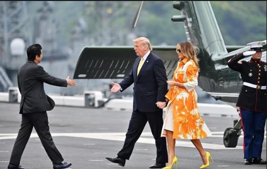 رئيس الوزراء الياباني شينزو آبي يصافح الرئيس الأميركي دونالد ترامب
