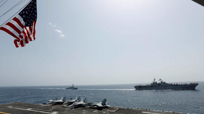 حاملة الطائرات التابعة للبحرية الأميركية أبراهام لنكولن وسفن هجومية كيرسارج في بحر العرب في 17 أيار /مايو