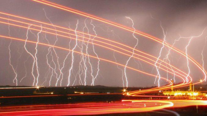 البرق في سماء كاليفورنيا