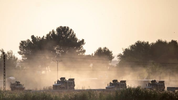 عربات الجيش التركي تتجة نحو الحدود السورية قرب أكاكال في سانلرفا في 9 تشرين الأول/ أكتوبر 2019، نتيجة إعلان تركيا شنّ عملية عسكرية على القوات الكردية في شمال سوريا. (فرانس برس)