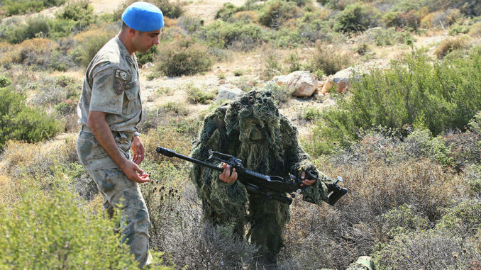 قناصة قطريون يتدربون باستخدام أسلحة تركية