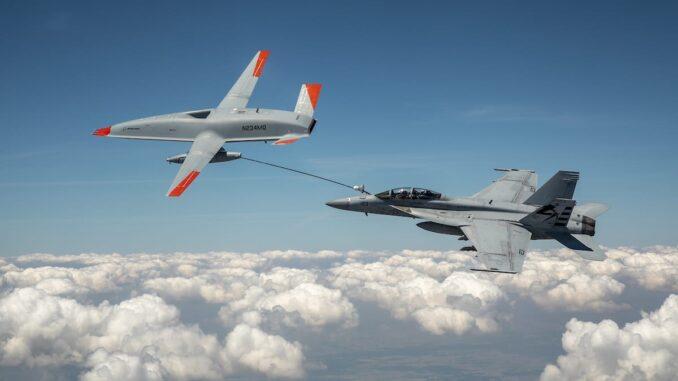 طائرة MQ-25 بدون طيار تزود مقاتلة إف-18 بالوقود جوا (بوينغ)
